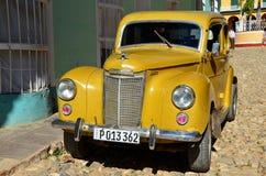 Coche americano hermoso en la calle de Trinidad, Cuba Fotografía de archivo