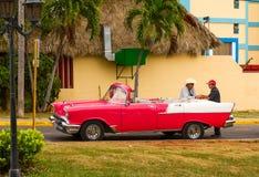 Coche americano rojo y blanco del vintage en Varadero, Cuba Fotos de archivo libres de regalías