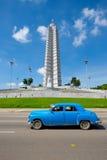 Coche americano viejo delante del cuadrado de la revolución en La Habana Fotografía de archivo libre de regalías