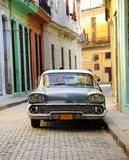 Coche americano viejo estacionado en la calle de La Habana Foto de archivo