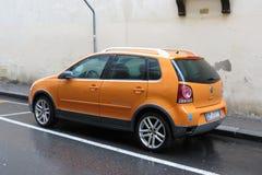 Coche anaranjado de Volkswagen Polo Foto de archivo libre de regalías