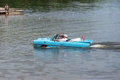 Coche anfibio en el lago Foto de archivo libre de regalías
