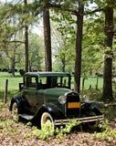 Coche antiguo en escena rural. Imagen de archivo libre de regalías