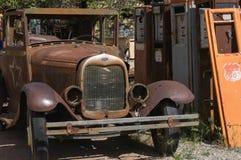 Coche antiguo y bombas de gas foto de archivo