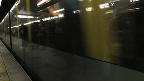 Coche Approaching Platform del metro de Milán, Italia metrajes