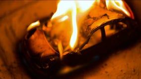 Coche ardiente en el camino almacen de metraje de vídeo