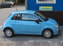 Coche azul claro de Fiat 500 Fotografía de archivo