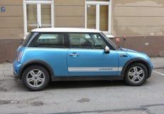 Coche azul claro de Mini Cooper Imagen de archivo