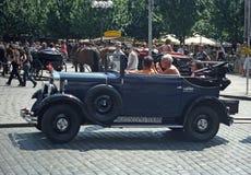 Coche azul de Praga del vintage en Praga Imagen de archivo