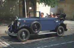 Coche azul de Praga del vintage en Praga Fotografía de archivo