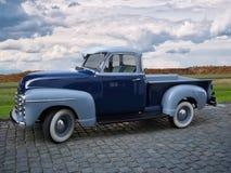 Coche azul del vintage con la cabina y el área de cargamento fotografía de archivo libre de regalías