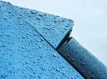 Coche azul en la ducha de lluvia Imagen de archivo