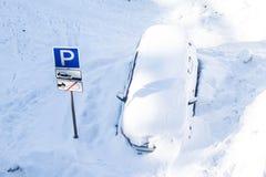 Coche bajo la nieve Fotos de archivo libres de regalías