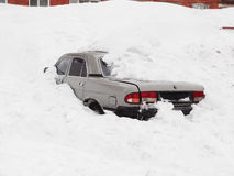 Coche bajo la nieve Imagen de archivo libre de regalías