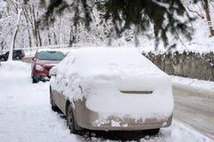 Coche bajo nieve Fotos de archivo libres de regalías