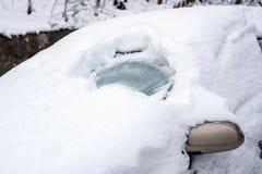 Coche bajo nieve Imágenes de archivo libres de regalías