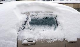 Coche bajo nieve Foto de archivo libre de regalías