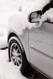 Coche bajo nieve Imagenes de archivo