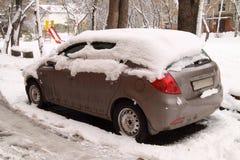 Coche bajo nieve Imagen de archivo libre de regalías