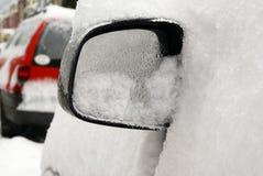 Coche bajo nieve   Fotografía de archivo