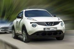 Coche blanco de Nissan imagen de archivo