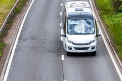 Coche blanco del autobús en la autopista de Reino Unido en el movimiento rápido fotografía de archivo