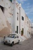 Coche blanco en la calle de Ostuni Imágenes de archivo libres de regalías