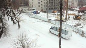 Coche blanco en la construcción del invierno del fondo almacen de metraje de vídeo