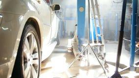 Coche blanco grande que se coloca interior - en la gasolinera del coche en el mediodía soleado almacen de metraje de vídeo