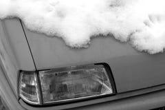Coche blanco y negro cubierto con nieve Fotografía de archivo libre de regalías