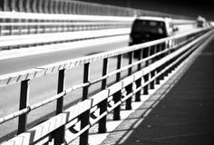Coche blanco y negro en fondo de la perspectiva del puente de Noruega Imagen de archivo