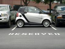 Coche cómodo de Eco reservado entre 2 carros Imagen de archivo