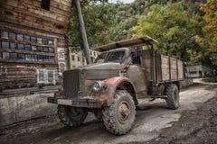 Coche camión ruso del vintage en el pueblo de montañas imágenes de archivo libres de regalías