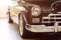 Coche clásico con el primer en las linternas Detalle del frente del vehículo del vintage Imagen de archivo libre de regalías