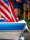 Coche clásico con la bandera americana Imagen de archivo libre de regalías