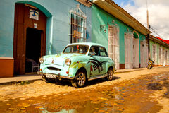 Coche clásico en la ciudad colonial de Trinidad, Cuba imagen de archivo libre de regalías