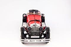 Coche clásico rojo de los 1900s de Mercedes Benz aislado en el fondo blanco Fotografía de archivo libre de regalías