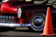 Coche clásico: Rojo, llamas y cromo con el cono del tráfico Fotografía de archivo libre de regalías