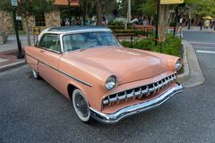 coche clásico Salmón-coloreado en la exhibición Foto de archivo libre de regalías