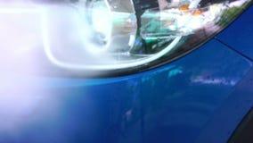 Coche compacto azul de SUV con el lavado del deporte y de diseño moderno con el espray de agua de la lavadora de alta presión en  almacen de video