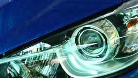 Coche compacto azul de SUV con el lavado del deporte y de diseño moderno con el espray de agua de la lavadora de alta presión en  almacen de metraje de vídeo