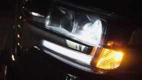 Coche con cierre del centelleo de la luz pilota y de la linterna en oscuridad almacen de metraje de vídeo