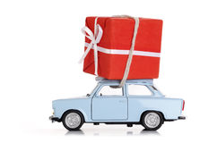 Coche con el regalo de Navidad imagen de archivo libre de regalías