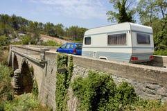 Coche con la caravana en el puente Imágenes de archivo libres de regalías