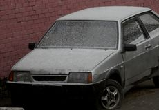 Coche con nieve en invierno en Rusia Imágenes de archivo libres de regalías