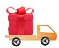 Coche con una caja de regalo Fotografía de archivo libre de regalías