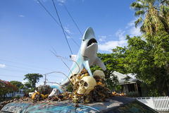 Coche con una escultura de un tiburón y de las cáscaras del cráneo y del plástico encendido Fotografía de archivo