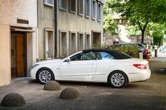 Coche convertible de lujo de Mercedes-Benz CLK que entra a través de garaje Imagen de archivo