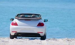 Coche convertible del automóvil en la playa Foto de archivo libre de regalías