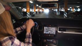 Coche costoso del salón El coche va al estacionamiento Muchacha elegante llevada en taxi Ella parquea el coche 4K MES lento almacen de video